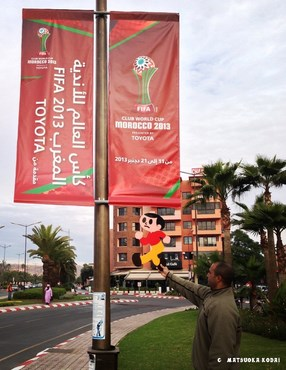 マラケシュの駅前にて。トヨタカップが開催されるということで、町はお祭りムード満点の模様
