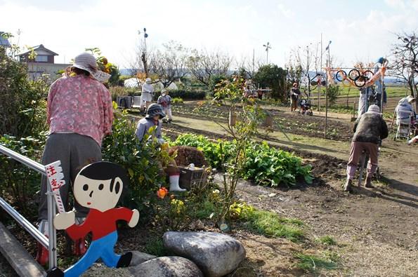 巨大とび太くんのある市原野の集落の近く、永源寺地区山上に存在する案山子畑です