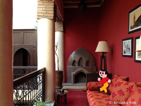マラケシュにあるモロッコ好き女子に人気のリゾート「リヤド・ブッサ」でくつろぐとび太くん(いい旅してるなぁ~)。邸宅を改装したホテルでなんと部屋は4室しかないそうです。