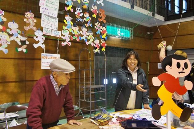 飛び出し坊や製作体験で子どもたちに丁寧に指導する久田泰平さん。