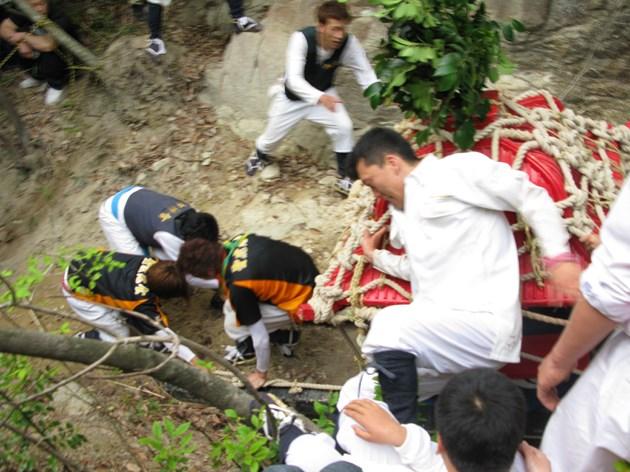 近江の奇祭「伊庭の坂下し」。800年以上の伝統がある、まさに命がけの祭り。