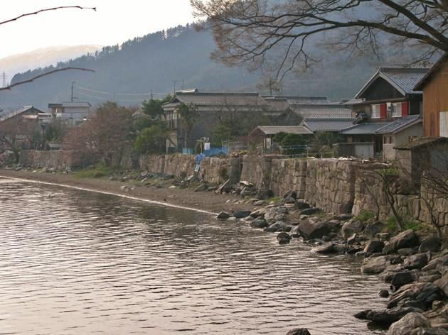 高島市海津集落のいまも昔と変わらぬ水辺の石積み。