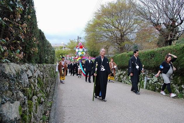 石垣が美しい坂本の町並み。これは4月に行われる「山王祭」の模様。
