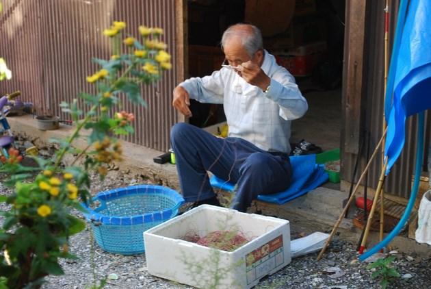 漁具の手入れをする島の人。