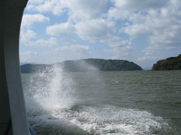 沖島への渡船から見る沖島。
