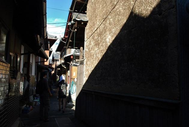 沖島のメインストリートともいえる生活通路「ほんみち」。水産庁の「未来に残したい漁業漁村の歴史文化財百選」に選ばれています。