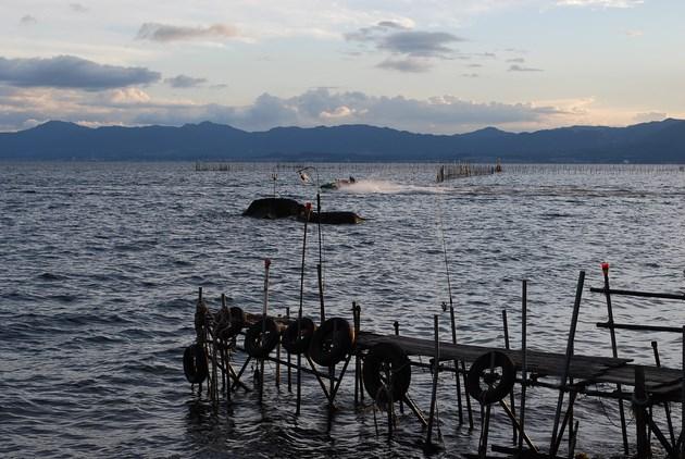 沖島から見る琵琶湖の風景。沖に伝統漁法「えり漁」の仕掛けが見えます。