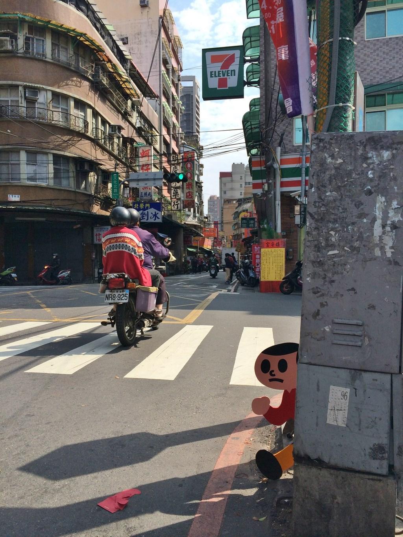 どこに飛び出すべきかと台北市内を旅するとび太くん