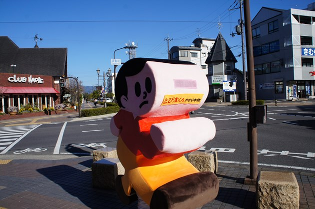 会場到着前、東近江市の中心部、八日市駅前に颯爽と姿を現した「とび太くんかなり本物」。正面が意味がわかりません(笑)。シルエットが黄昏気味でいいですね。